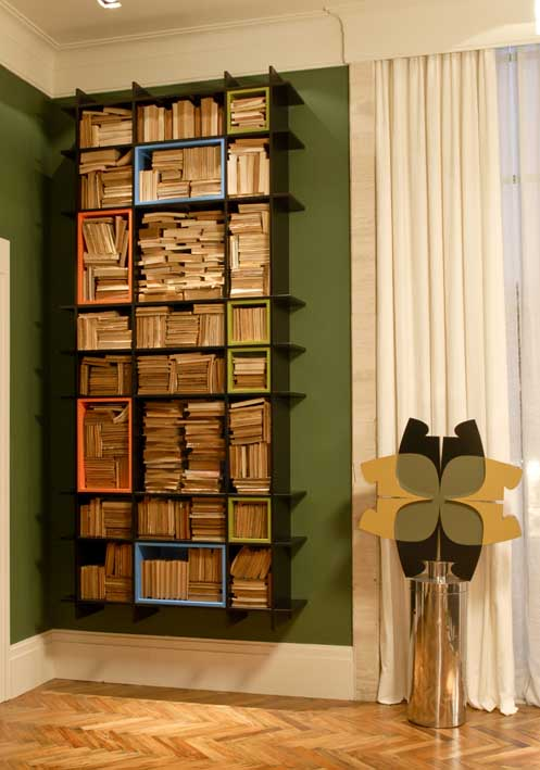 decoracao de interiores casas de madeira:de cada lado uma lareira que ganha destaque com a iluminação de duas