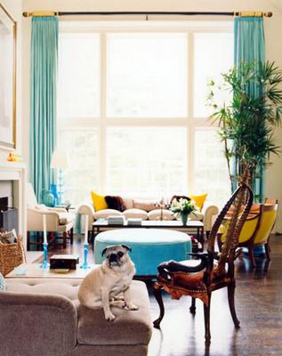 Sala de estar com o dono da casa