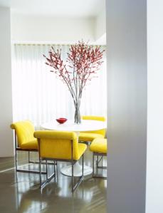 Sala de jantar com cadeiras amarelas