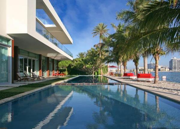 Arquitetura e Decoração de casa em Miami Piscina de perto