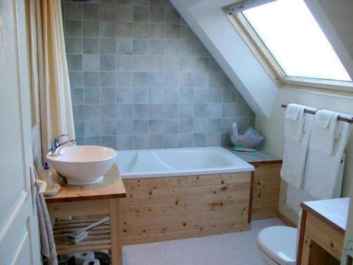 Dica de decoração de banheiro no sotão com banheira imbutida em madeira