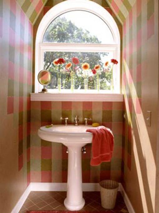 Dica de decoração de banheiro no sotão com cuba e misturadores clássicos em frente a janela