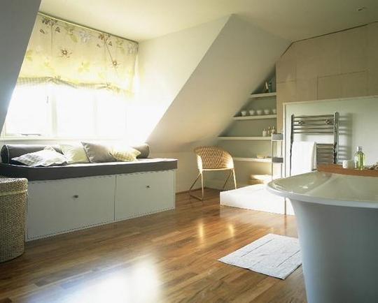 decoracao de interiores sotaos:Attic Bathroom with Windows