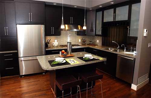Dica de decoração para cozinhas modernas com madeiras escuras