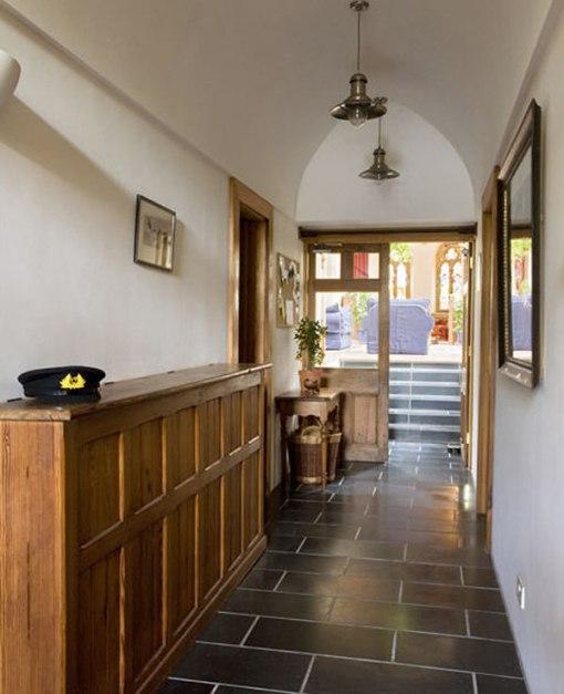 Arquitetura e decoração de casa em igreja - corredor com escadaria