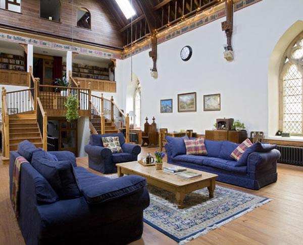 Arquitetura e decoração de casa em igreja - Sala de estar com mesanino e escadaria