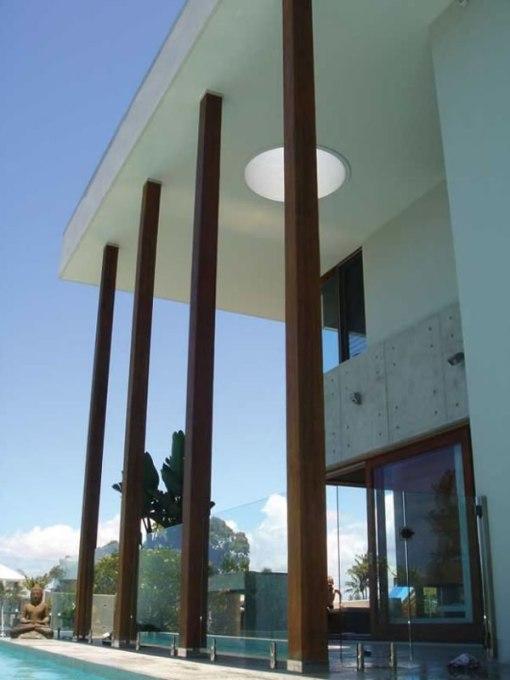 Dica de decoracao para casa - Arquitetura e decoração de casa com pilares de madeira reciclada colunata