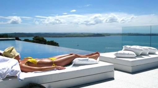 Arquitetura de casa na nova zelandia - dica de decoração de area externa com banho de sol
