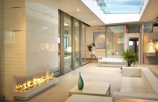 Arquitetura de casa na nova zelandia - dica de decoração para sala de estar com lareira branca