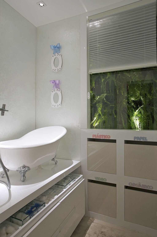 de quarto de bebe com banheira vitoriana de bebe casa cor 2009 bh.jpg #50593C 1024x1541 Banheira Bebe Banheiro Pequeno