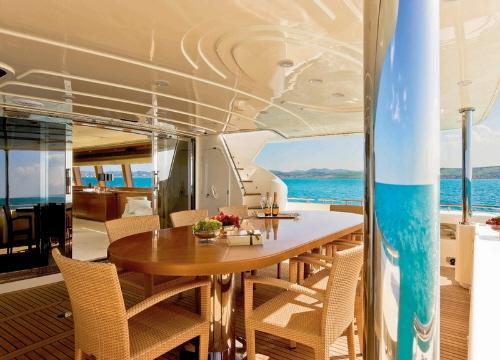 dica de decoração de interior de yacht - mesa de jantar no deck